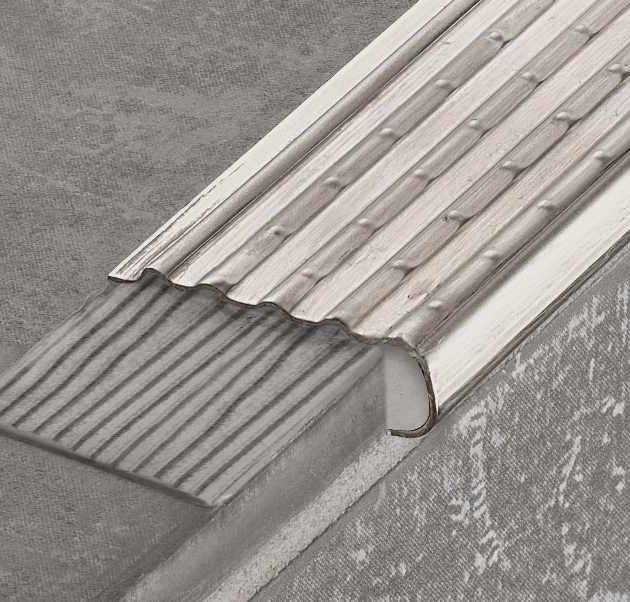 Profils pakāpienu malām TREP-EK izgatavots no nerūsējošā tērauda ar speciāli perforētu pretslīdes virsmu