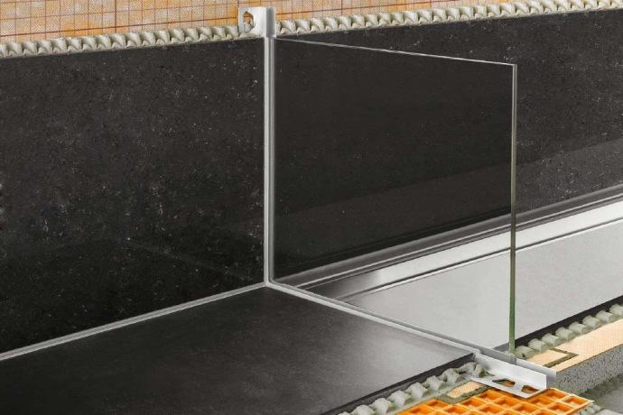 Flīžu profils dušas stikla sienām un ēnas šuvēm