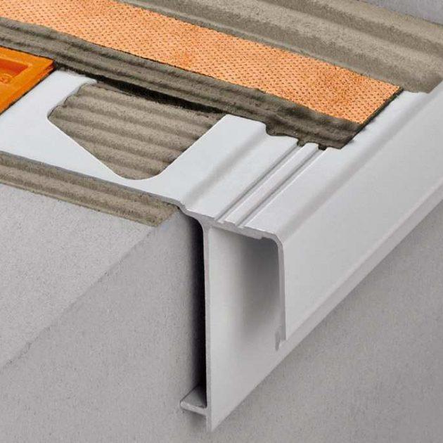 Profils balkonu malām BARA-RAK, noslēguma profils balkoniem un terasēm brīvo malu apdarei. Profilu izmanto vietās kur jau izveidots virsma ar kritumiem.