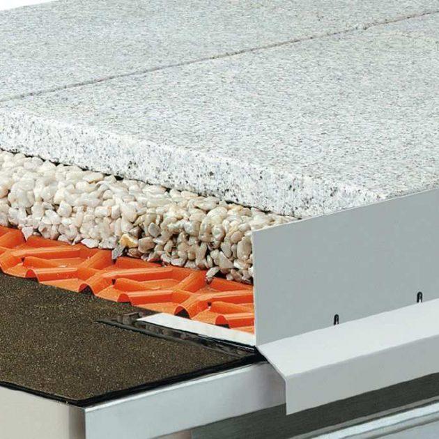 Profils balkoniem un terasēm BARA-RKL/-RKLT ir krāsota alumīnija, L-veida formas balkonu malu profils ar ūdens novadīšanas caurumiem un integrētu lāseni.