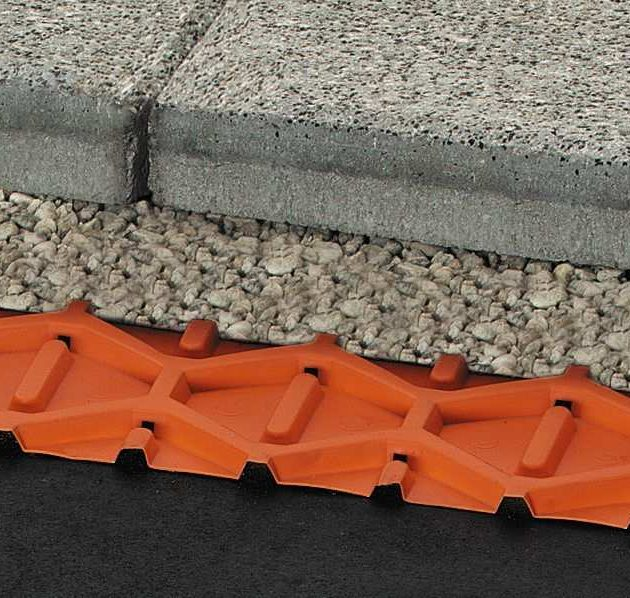 Drenāžas paklājs TROBA terasēm ir droša un ilglaicīgi iedarbīga virsmas drenāža ieklāšanai virs horizontāli slīpumā ierīkotas hidroizolācijas