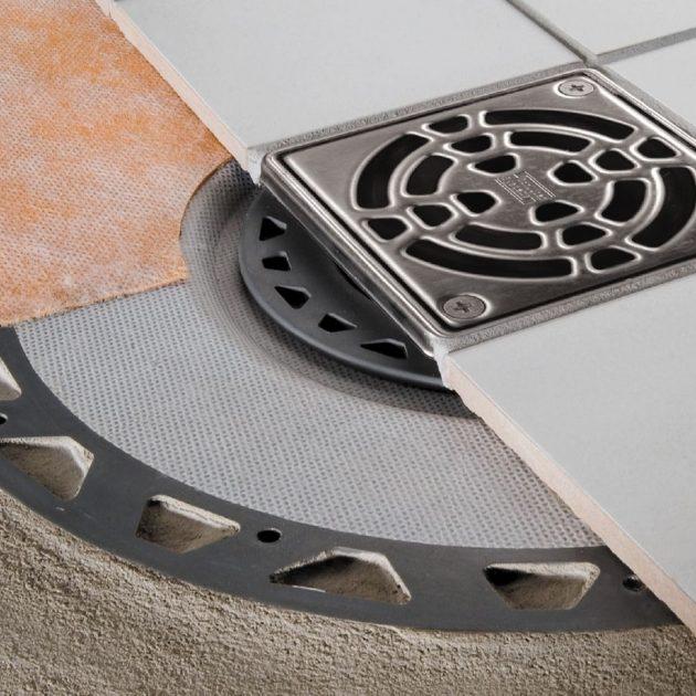 Dušas traps Schluter KERDI-DRAIN ar horizontālo / vertikālo kanalizācijas izvadu droši un vienkārši savieno mitro telpu hidroizolāciju ar ēkas kanalizāciju.
