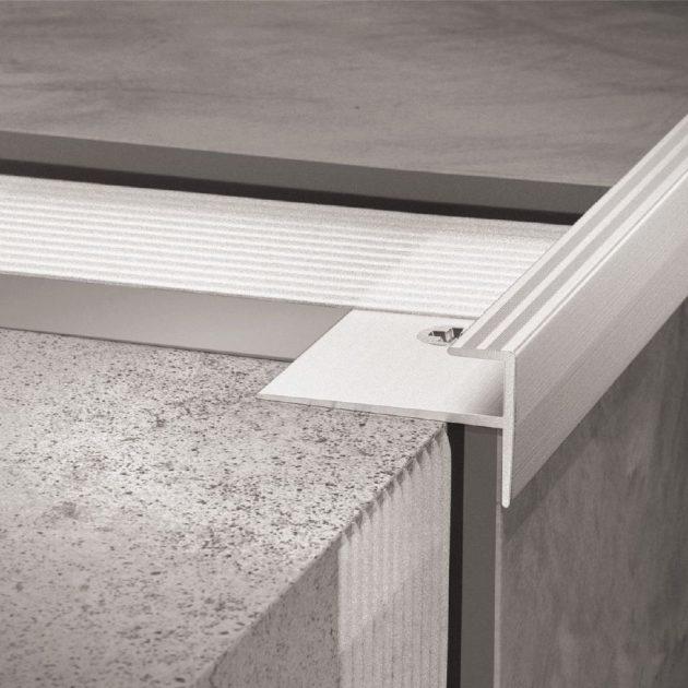 Elastīgo segumu profils VINPRO-STEP pakāpieniem. Piemērots LVT, PVC vai cita veida dizaina segumiem pakāpienu malām kāpņu telpās.