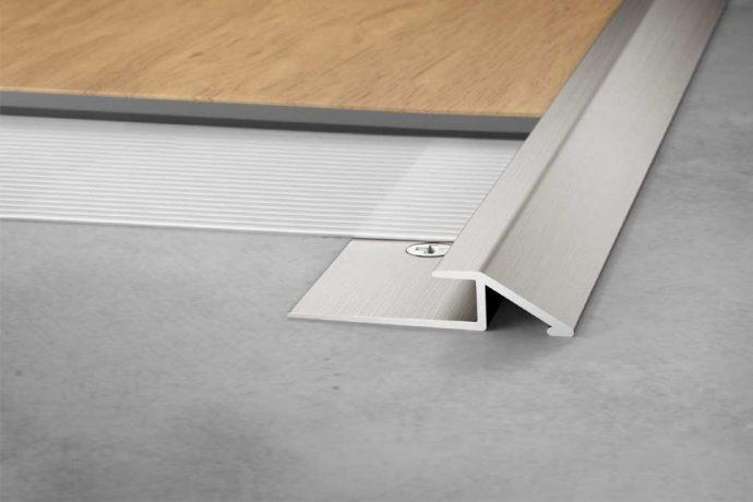 Elastīgo segumu profils VINPRO-U. Tas piemērots bezpakāpju pārejai no elastīgajiem grīdas segumiem uz blakus esošajiem zemākiem grīdas segumiem.